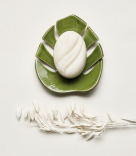 Ecological gift set composed of a ceramic soap dish and a bar shampoo