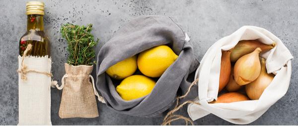 Huile, thym et légumes dans des sas en toile and groceries in produce bags for plastic free shopping pour des courses zéro déchet