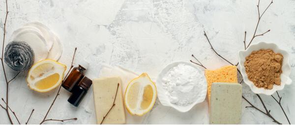 Savons, brosses, citron et poudres pour faire ses propre produits d'entretien zéro déchet