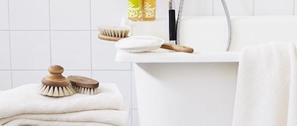 brosse à ongle dans salle de bain