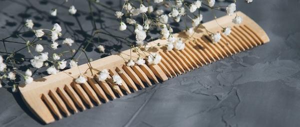 Peigne en bois à dents larges