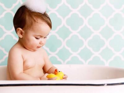 Comment réaliser la toilette et soins zéro déchet de bébé ?