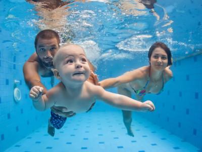 Première fois à la piscine pour bébé, à quoi faut-il penser ?
